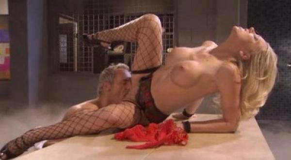 """Банщик """"парит"""" молодую грудастую блондинку / Shawna Lenee (2010) DVDRip"""