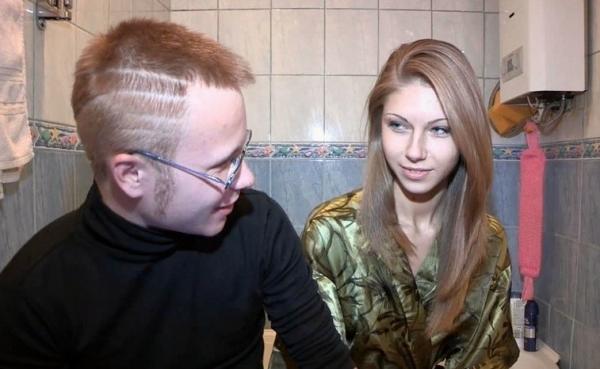 Очкарик продал свою девку-потаскуху/Vera - Bidding on Fresh Pussy [SellYourGF.com]